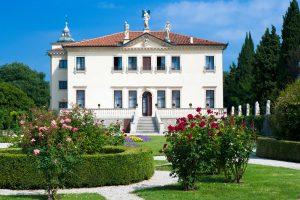 Italia - Veneto - Vicenza - Villa Valmarana ai Nani - Veduta della facciata sud della villa e il giardino all'italiana con i nani sul muro di cinta